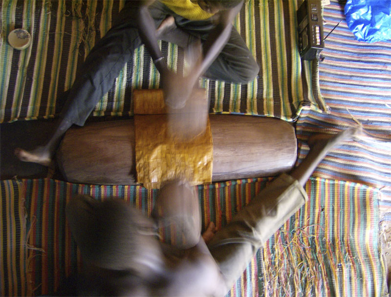 Les tapeurs, Bamako, 2007 © Armel Louzala