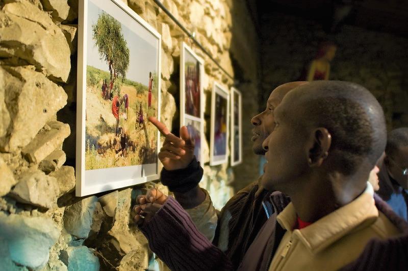 Les Maasaï visitent l'expo à Vaison la Romaine © Antoine Combier