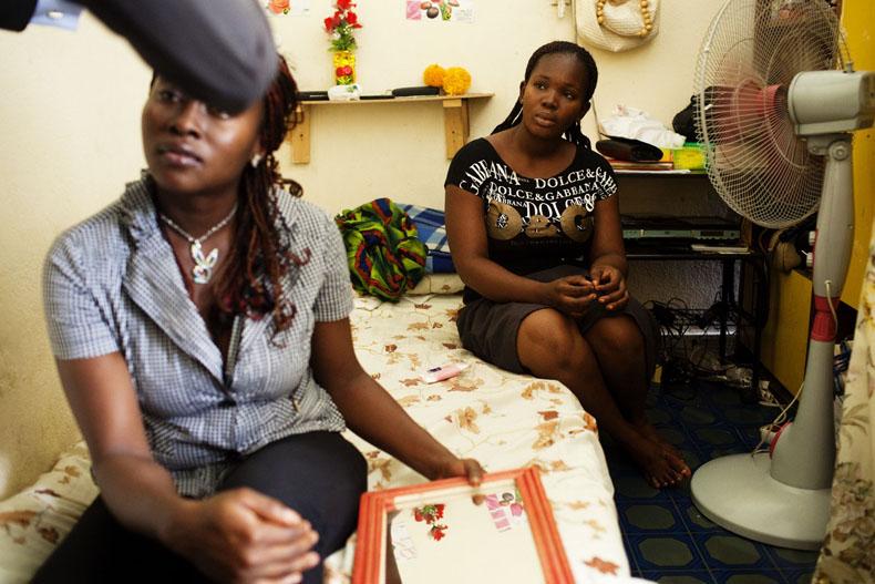 Elysée et Amy partage la même chambre. Elle travaillent ensemble pour financer leur études © Camille Millerand