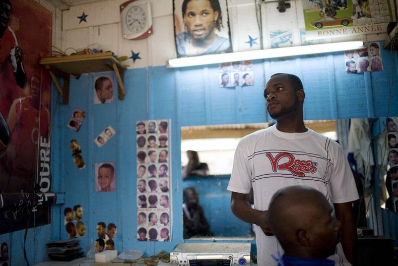 Kalou, 24 ans, tient un salon de coiffure depuis 4 ans. Les journées ou il coiffe au moins 15 clients (500 FCFA la coupe) sont des journées satisfaisantes © Camille Millerand