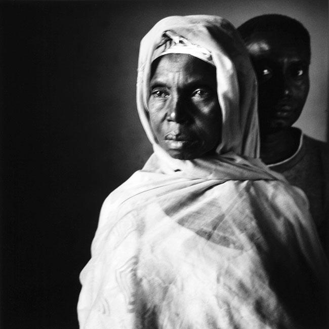 Mariama Sané, veuve de tirailleur sénégalais et son fils Alassane Badji à Ziguinchor, Casamance (Sénégal), décembre 2005 © Philippe Guionie