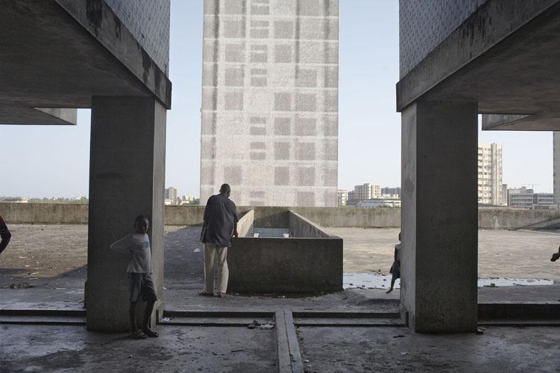 Apartment building, Avenue Bagamoyo, Beira, Mozambique, 2008 - Avenue Patrice Lumumba series © Guy Tillim, Galery Michael Stevenson