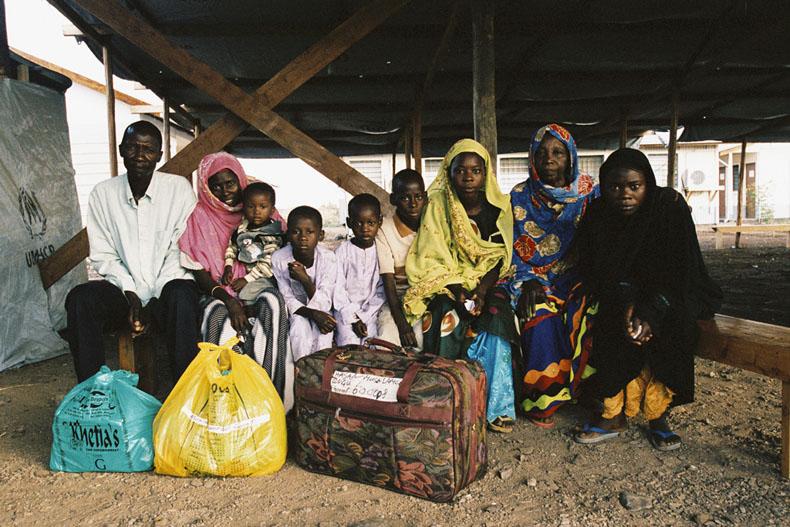 May 11, 2003 KAKUMA KENYA --- La famille Lamungu s'apprête a quitter le camp de réfugiés de Kakuma emportant tous les biens qu'elle  possède . De gauche à droite : le père Hassan (42 ans), la mère Nurto ( 38 ans ), elle porte dans ses bras Abdul wahad (2ans), Amina (6ans), Shamsi ( 4ans), Mohamed (9ans), Halima ( 16 ans), la grand mère Khadija ( 61 ans ), Arbai ( 14 ans) © Photo by Christophe Calais.