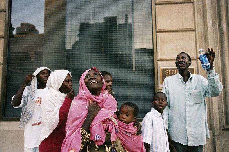 May 27, 2003 PHOENIX USA  --- La famille Lamungu découvre les gratte-ciels du centre ville de Phoenix © Photo by Christophe Calais.