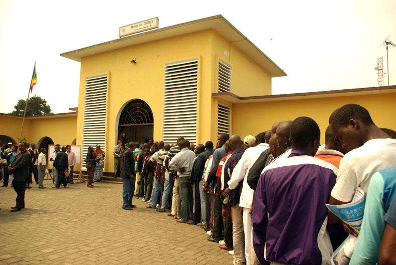 Devant le bureau de vote de la commune de Ouénze où le président Dénis Sassou nguesso vote habituellement, les lecteurs se sont précipités à faire leur choix. © Baudouin Mouanda