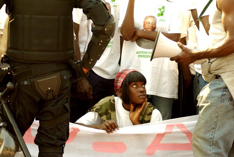 Les militants des opposants, écoute attentivement les derniers mots qui appelle au boycott du scrutin appelant aux lecteurs de rester chez eux. © Baudouin Mouanda