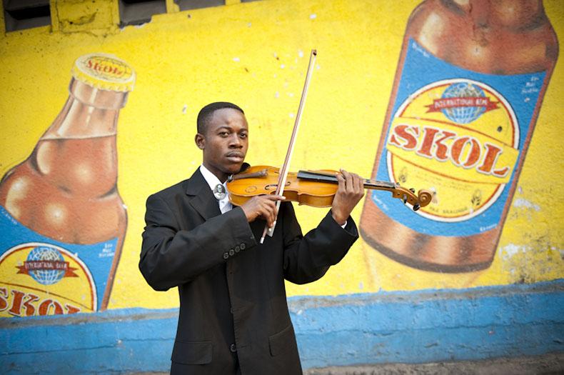 Héritier Mayimoi Mbuangi est le premier violon de l'Orchestre Symphonique Kimbanguiste à Kinshasa. Formé par l'Orchestre, il donne aujourd'hui des cours à l'Institut National des Arts de la ville. Il se consacre entièrement à la musique - 28/06/2009 - KINSHASA, RDC © Vincent Boisot