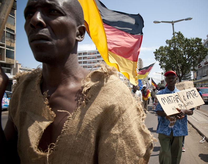 Chaque mercredi, les Madgermanes manifestent sur la plus grande avenue de Maputo. Les drapeau Allemand flottent et les slogans anti FRELIMO, le parti au pouvoir, fusent. C'est la seule manifestation politique autorisé par le pouvoir dans tout le pays. © Joan Bardeletti