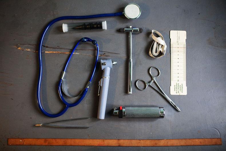 dans la valise du Dr ALLA, campus ancien Batiment E. Campus ancien de cocody © Camille Millerand