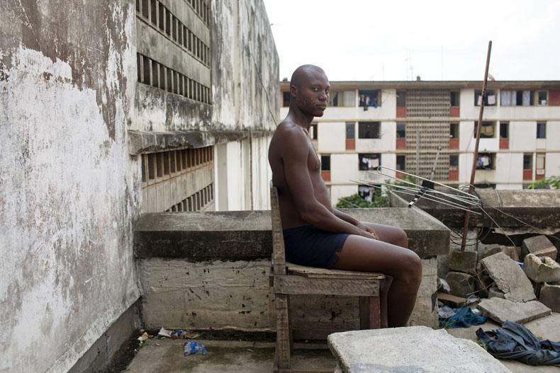 Responsable de l'environement de la Cité U des 220 à Adjamé © Camille Millerand