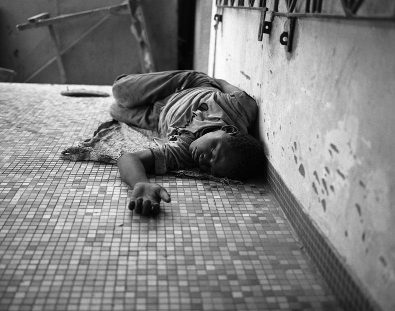 Ouagadougou, mars 09. Un tube de colle vide trouvé au sol. L'inhalation de la colle permet de dormir et de couper la sensation de faim. © Richard Delaume