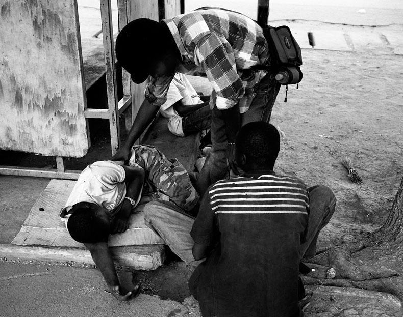 Ouagadougou, mars 09. Daniel Djigui, rappeur et peintre togolais, a crée une association pour la réinsertion familiale et professionele de ces enfants.Il leur rend visite tous les jours pour vérifier l'état de santé. © Richard Delaume