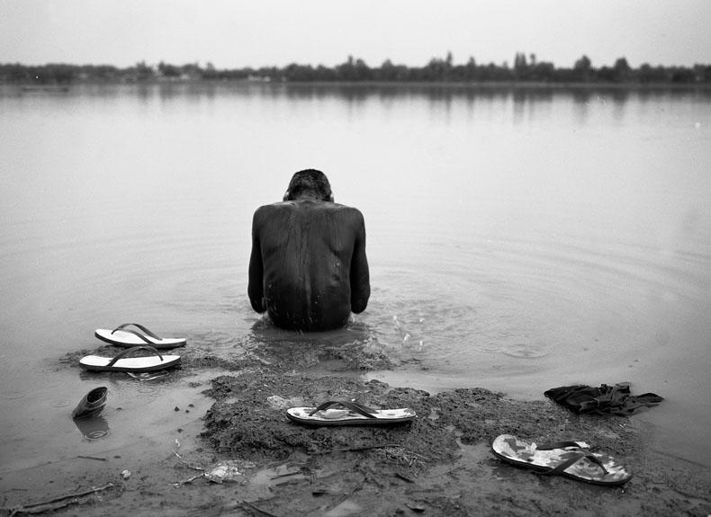 Ouagadougou : avril 09. Malgré leur condition, les enfants gardent une dignité qui les poussent à se laver régulièrement dans l'eau infestée de bactéries du barrage de Ouagadougou. © Richard Delaume