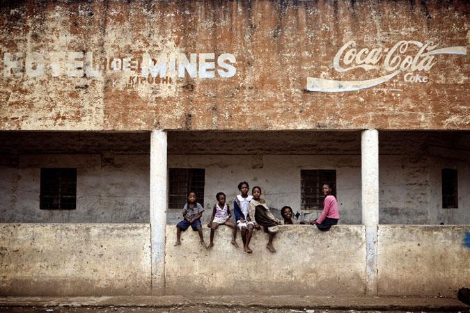 """""""L'hôtel de Mines"""", au coeur de la ville de Kipushi : héritage d'une époque révolue © Gwenn Dubourthoumieu"""