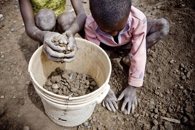 Les enfants sont mis à contributions dés leur plus jeune âge ; il n'est pas rare de voir travailler des enfants dés l'âge de 4 ans. © Gwenn Dubourthoumieu