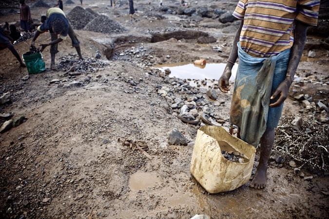 La nécessité pousse les familles à travailler quelques soient les conditions climatiques. Les violentes pluies fragilisent les sols et provoquent des éboulements: les accidents sont malheureusement fréquents.. © Gwenn Dubourthoumieu