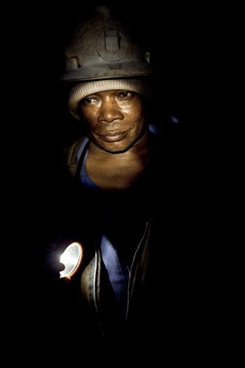 En 2003, seuls 300 employés sur un effectif initial de 2500 ont conservé leur emplois dans la mine de Kipushi. Aujourd'hui, le salaire mensuel d'un mineur est d'environ 200 US$ et le paiement accuse un retard de 45 mois... © Gwenn Dubourthoumieu