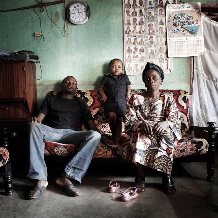 Série Morgante / Gisèle avec sa famille, 28 ans, Bafoussam, 2010  © nicolalocalzo