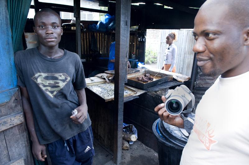 Kelly Manou de Mahoungo photographe congolais et membre du collectif Elili, Brazzaville, 2010. © Philippe Guionie