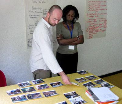Cédric Gerbehaye avec Macline Hien en pleine séance d'éditing