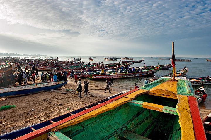 Quai des pécheurs - Mbour est le second port du Sénégal, après Dakar. La pêche y est la principale source de revenus pour les 4500 habitants. © Rindra Ramasomanana