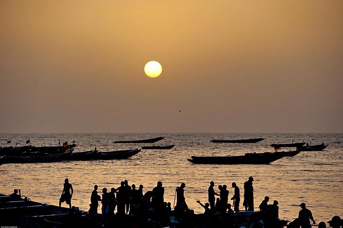 Fin de journée et arrivée de la dernière pirogue sur le quai de Mbour. © Rindra Ramasomanana