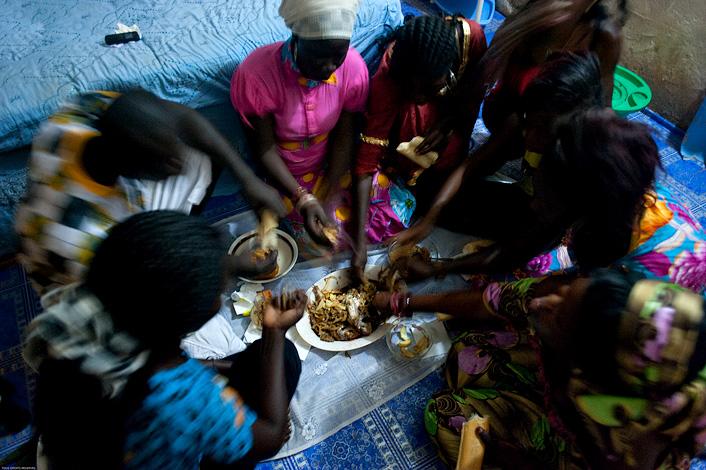 Le dîner - Les daurades ont été préparées (recette à demander), elles sont accompagnées de frites et de sauce à base d'oignons et de pain. Wali mange avec ses soeurs, dans la chambre de sa grande soeur qui est mariée et qui a donc le droit de reçevoir. © Rindra Ramasomanana