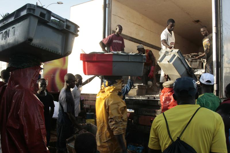 Les caisses de poissons sont acheminés vers les camions © Emmanuel Bakary Daou