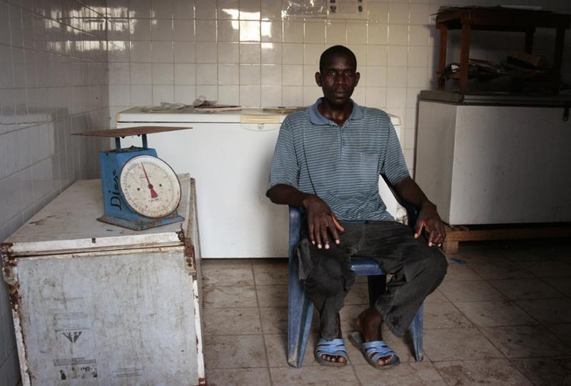 Oumar, assistant marayeur, au milieu de ses caisses à poissons © Emmanuel Bakary Daou