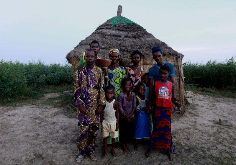 Une famille de bergers pausent devant leur case dans un campement a de M'Bour, Sénégal le 24 Octobre 2010 © Thierry Gouegnon