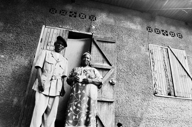 Né en 1937, engagé en 1960 pour combattre au Cameroun, aussi chauffeur des capitaines de l'armée française. Bayidikila Georges et la mère de ces enfants. © Bourges Naboutawo