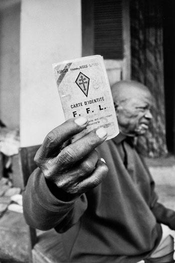 Ancien combattant M. Villa Joachin, né en 1924, membre des FFL (Forces Françaises Libres), engagé en 1942 dans une unité de combat mélangé avec les Français a combattu en Italie, Allemagne, Birmanie et Egypte. Après sa blessure à l'œil, il est revenu au Congo en 1945 et est resté dans l'armée Congolaise jusqu'en 1947. © Bourges Naboutawo