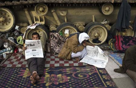 Des manifestants anti-gouvernement, place Tahrir au Caire, lors du 17e jour des manifestations anti-régime Mubarak. © Pedro Ugarte/AFP