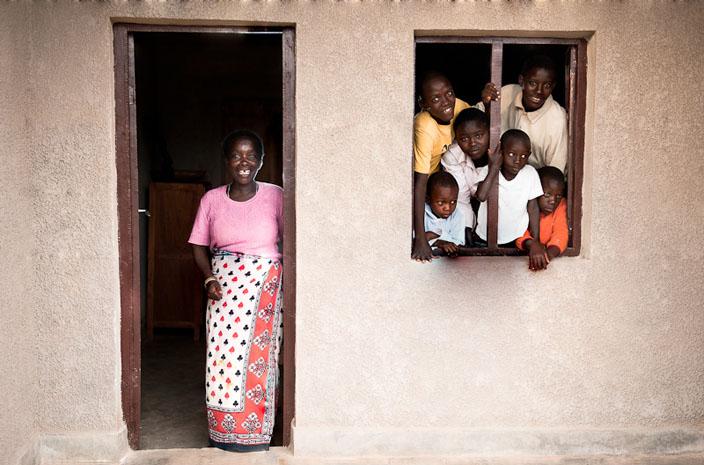 Joséphine, dans la maison fratrie de Murehe avec six des enfants dont elle s'occupe. © Fabrice Monteiro