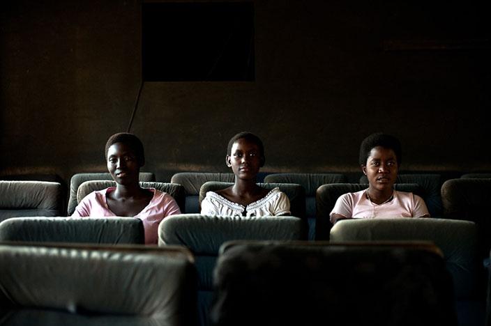 Carine, Claudine et Mathide au cinéma de la « Cité des Anges ». © Fabrice Monteiro