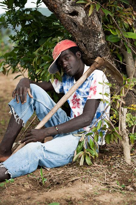 Mathieu, dans son champ de maïs. © Fabrice Monteiro