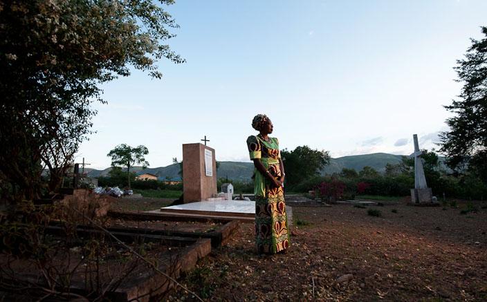 Maggy, devant la tombe où reposent ses amis assassinés le 24 octobre 1993 à l'évêché de Ruyigi. © Fabrice Monteiro