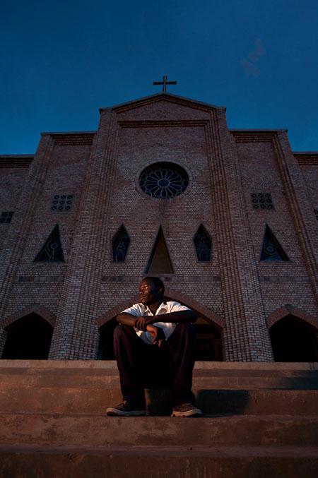 Abel, au pied de la cathédrale de Ruyigi. © Fabrice Monteiro