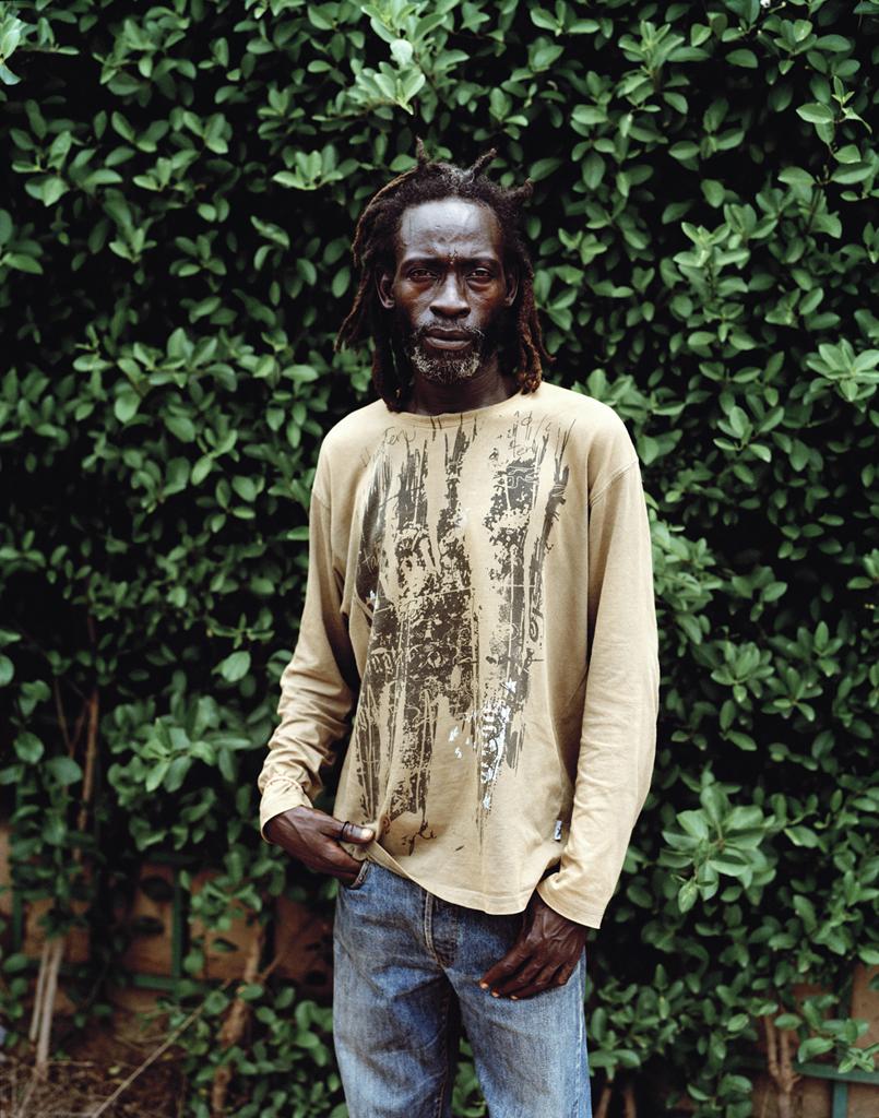 Fusko est musicien et comédien, il vit avec son frère jumeau ainsi que d'autres rastas avec qui ils ont fondé une communauté dans un village appelé Sabaa à 25 kim de Ouaga (ils se sont installés il y a peu dans la volonté de fuir Ouagadougou et son mode de vie, profiter de la nature ainsi que d'une agriculture vivrière). © Iorgis Matyassy
