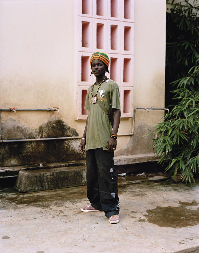 Mabra est musicien, il joue de la musique traditionnelle, il est également vendeur d'artisanat. © Iorgis Matyassy