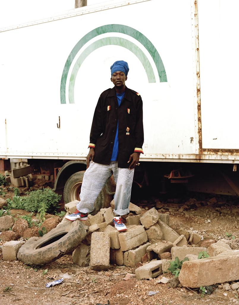 Tchampa est chanteur de ragga dancehall, il chante en anglais français et moré, c'est au Ghana qu'il a rencontré rasta, il se considère comme bobo ashanti*, d'ou le turban qui cache ses dreadlocks. Il vit entre le Ghana et le Burkina Faso. © Iorgis Matyassy