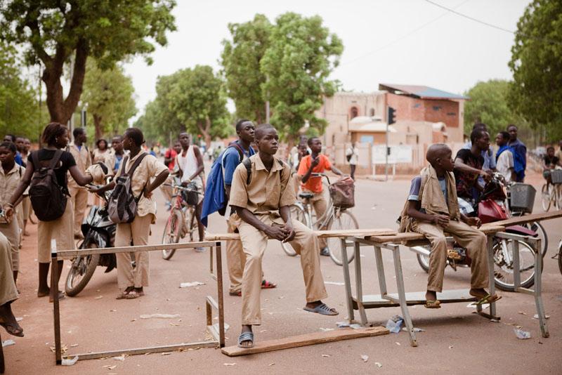 Devant le Lycée Philippe Zenda Kabore, un des établissement les plus mobilisés pendant cette journée d'action. © Sophie Garcia