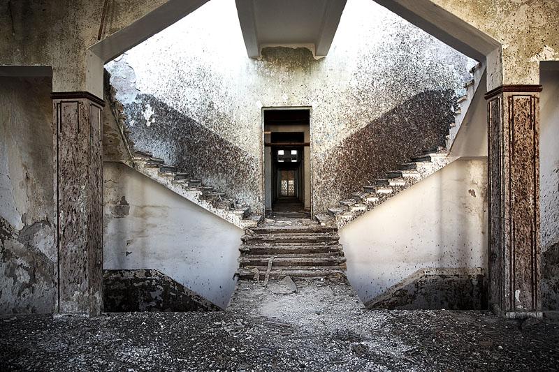 elizabeth hotel - 1-tracks | series Tiberias, 2009 © François Xavier Gbré