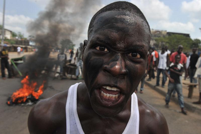 des supporters du président Alassane Ouattara proteste contre la confiscation du pouvoir par le président sortant Laurent Gbagbo le 19 février 2011 dans quartier d'Abobo.  © Issouf Sanogo