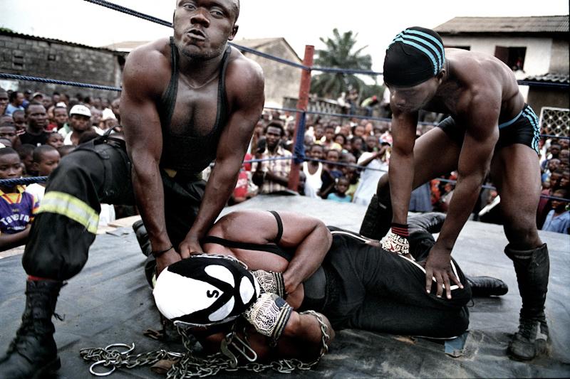 Combat entre Six bolites et force Cinq à Matete, commune populaire de Kinshasa. © Colin Delfosse