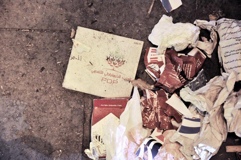 Le 21 Octobre 2011, dernier jour de campagne, la propagande politique s'accentue et les  opérations de tractages des parties se multiplient dans tous les coins de rue.  Au centre ville de Tunis, les pavés sont jonchés de tracts politiques lus, pliés, déchirés...  bref consommés et jetés comme de vulgaires mégots de cigarettes. © Rania Dourai
