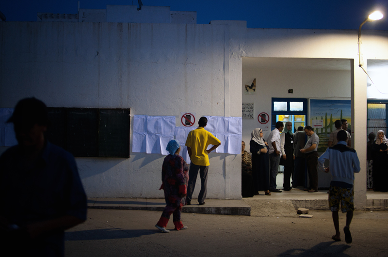 23/10/2011; Ecole Primaire Ibn Khaldoun, Elmourouj 2, Tunis. Les voteurs cherchent leurs noms sur les listes affichées sur les murs avant de se diriger vers la queue pour attendre leurs tours © Yassine Hakimi