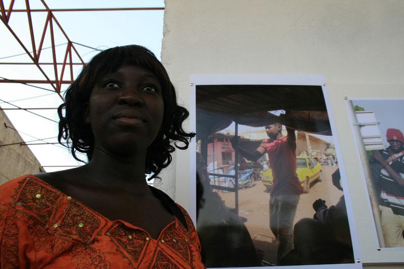 Massira Touré une étudiante au conservatoire devant ces photographies © Seydou Camara
