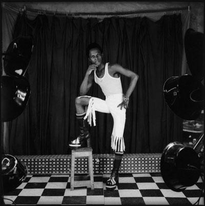 Centreafrique_Fosso.jpg Samuel Fosso, Auto-portraits, années 1970 © Collection Sindika Dokolo - Revue noire