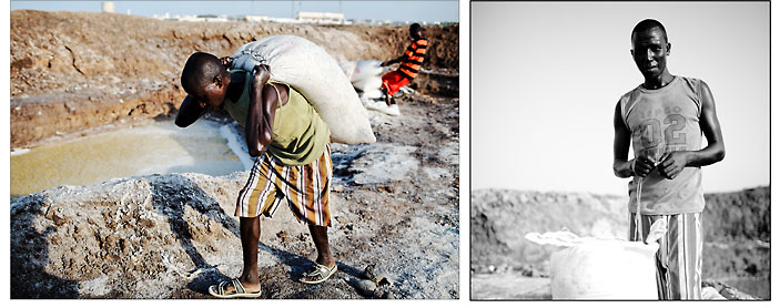 """Osman porte une """"guabdade"""" sur son dos. La """"guabdade"""" est une unité de mesure de 50kg. C'est une valeur d'échange dans toutes les transactions de la corne de l'Afrique. © Emmanuel Martin"""